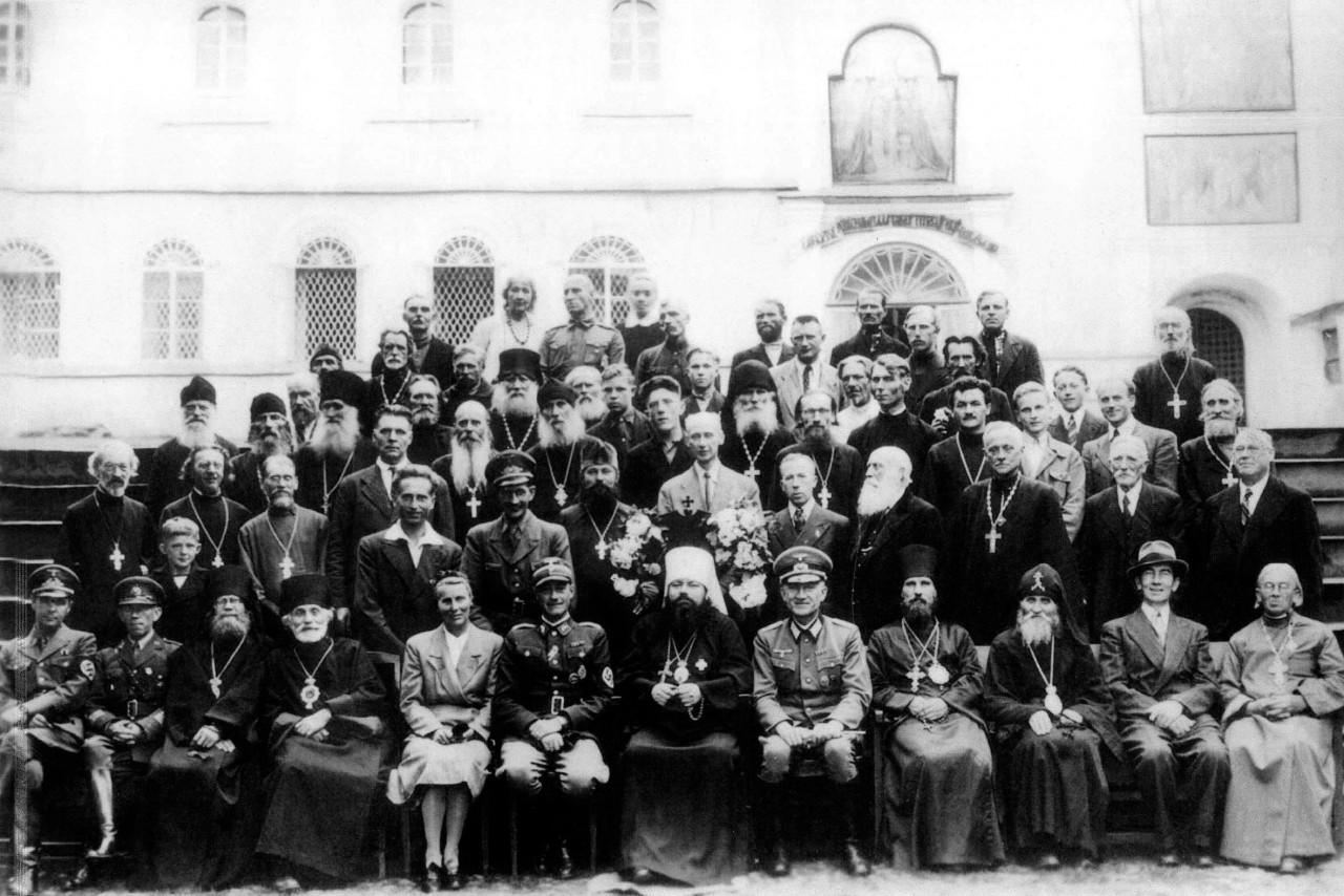 Очень редкий снимок Монахи Псковско-Печерского монастыря с немецкими